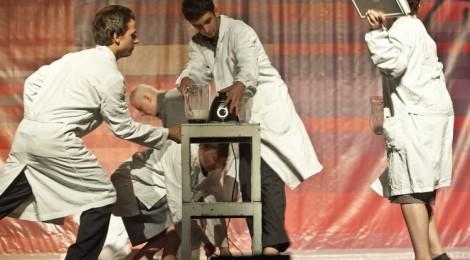 Kéthetes magyarországi turnén az Osonó Színházműhely